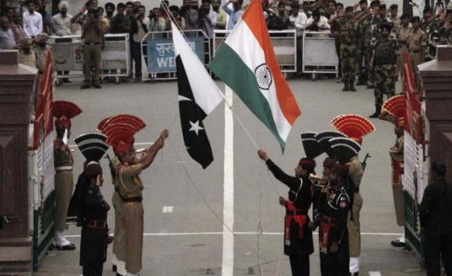 Pakistan, India border chiefs to meet over clashes