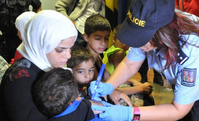 Czech police arrests 200 refugees, mark them with numbers