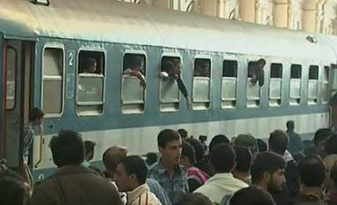 Refugees storm train at Budapest's main station