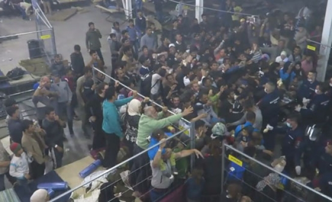 Hungarian police filmed throwing food at refugees