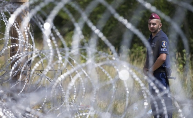 Serbian-Hungarian border closed to refugees