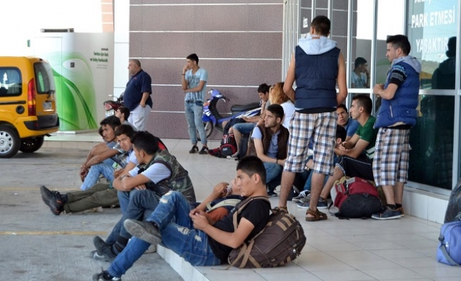 Syrians wait in hope at Turkey's northern borders