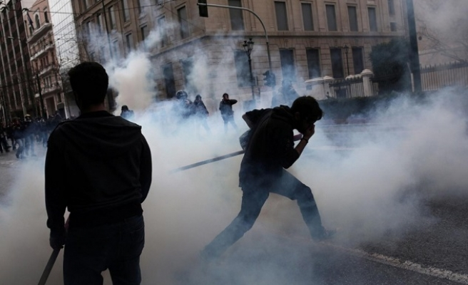 Protesting Greek farmers clash with riot police