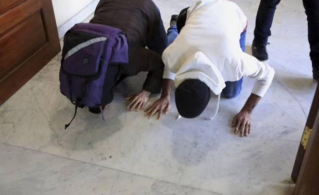 Iraqi refugees kiss ground as they return home