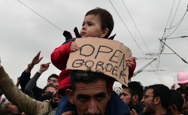 Tear gas fired as refugees try to force Greek border fence