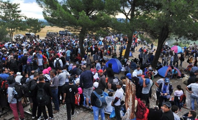 Refugees rush to Greek camp on rumours border will open