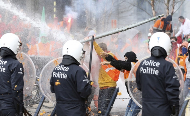 Police fire water cannon at far-right hooligans at Brussels shrine