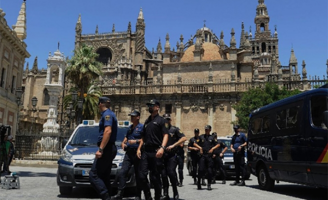 Spanish police arrive to stop Catalan independence vote