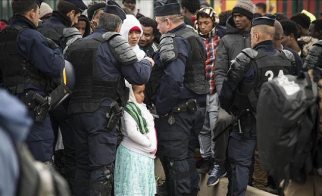200 children leave Calais camp for the UK