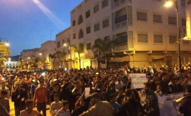 Thousands mourn Morocco fishmonger crushed to death