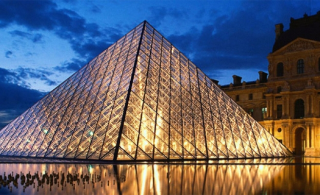 Hollande offers Louvre to house treasures from Iraq, Syria