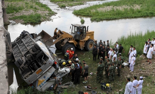 18 die in central China after bus plunges into lake