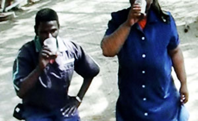 Students abusing black workers in S Africa / PHOTO/ VIDEO