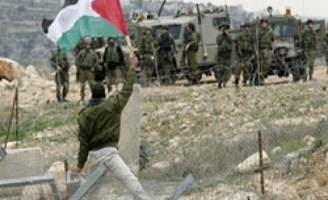 Israel snipers 'can fire Palestinian protestors' over wall