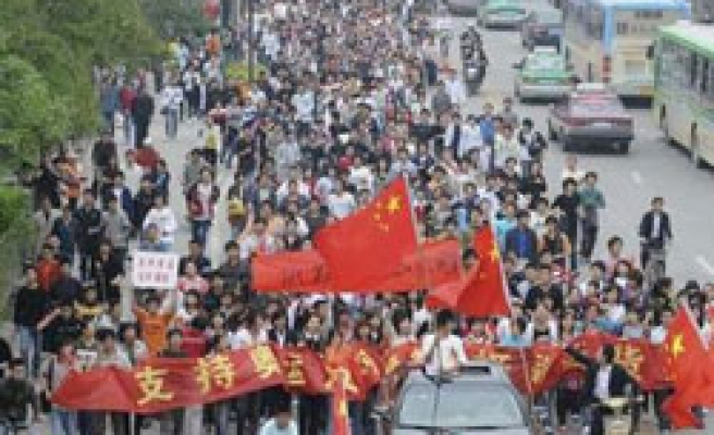 Chinese take to streets to oppose Tibet independence