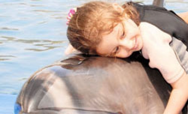 Little girl starts walking 9 days after dolphin therapy