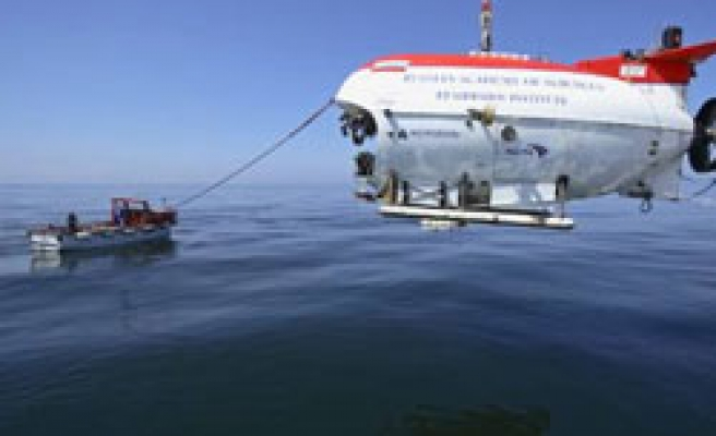Russians dive to bottom of world's deepest lake