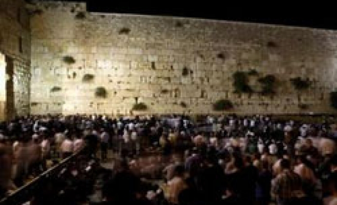 Palestinians condemn Israel for  Western Wall plan