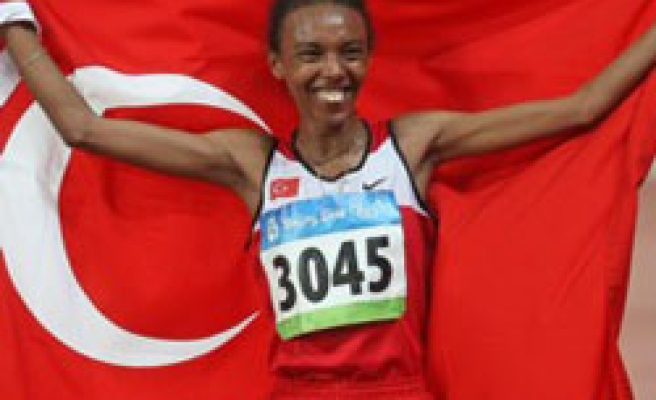 Turkish athlete wins silver medal in women's 10,000 meters PHOTO