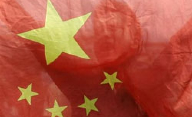 China plants flag in south sea amid US disputes