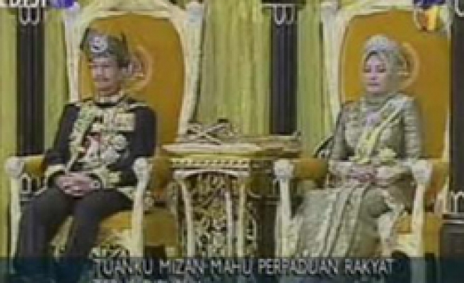 First queen with headscarf in Malaysian palace
