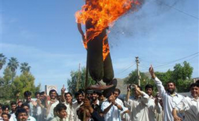 Afghan students burn Bush effigy in protest