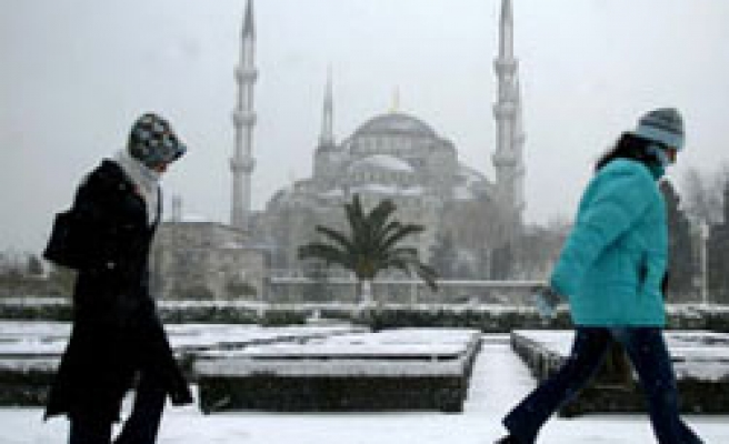 Heavy snow hinders sea transportation in Turkey's Istanbul