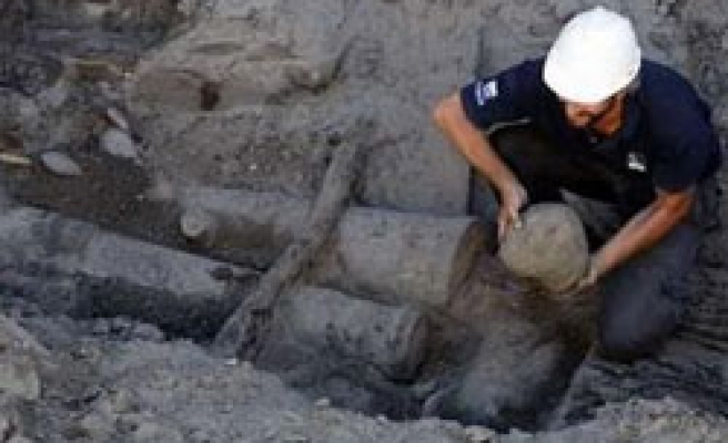 Builders unearth 18th century galleon in Argentina