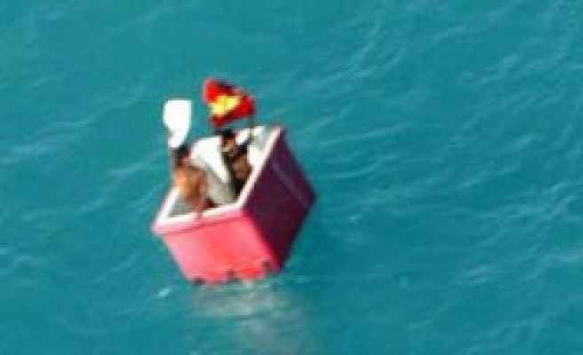 Two Burmese survive month at sea in an ice box