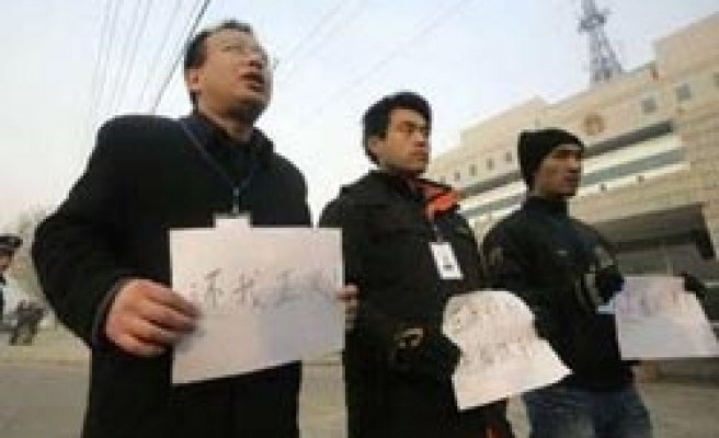 China seizes tainted milk parents to stop court visit