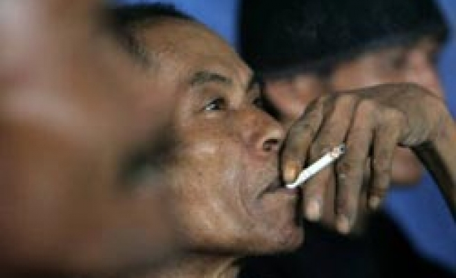 Islamic body issues partial ban smoking in Indonesia