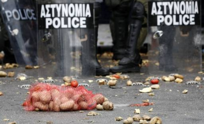 Greek police fire again teargas to protesting famers at port