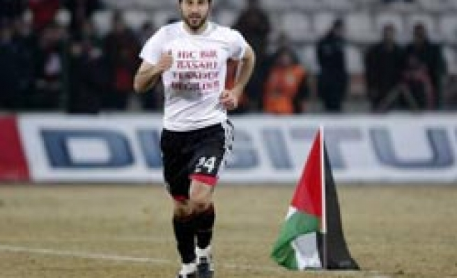 Turkish soccer player plants Palestinian flag on pitch at match