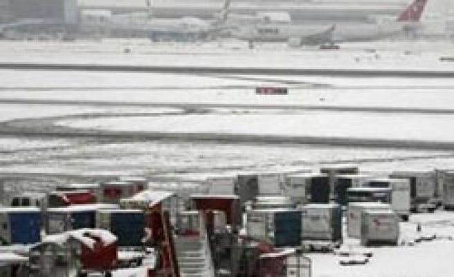 UK airports shut in heavy snow
