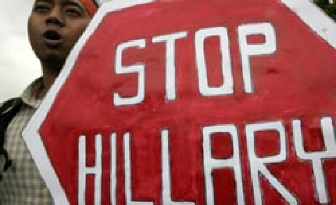 Students protest Clinton in Indonesia / PHOTO