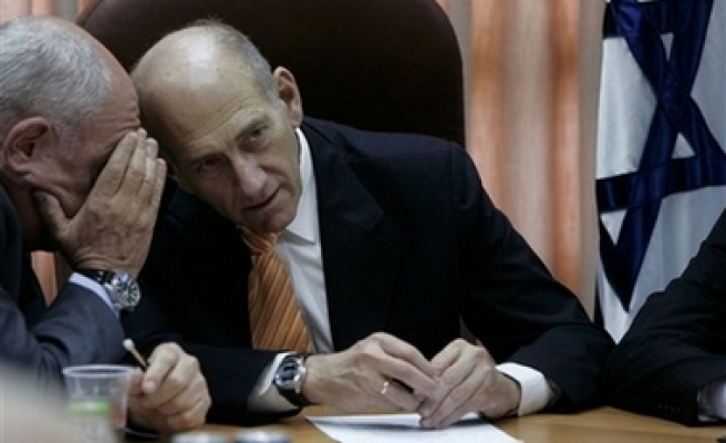 Olmert sends fresh 'nuances' to Assad, hold Syria meeting