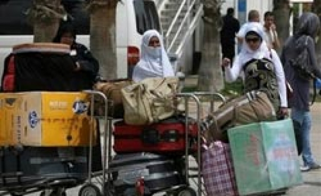 Palestinian pilgrims leave for holy lands