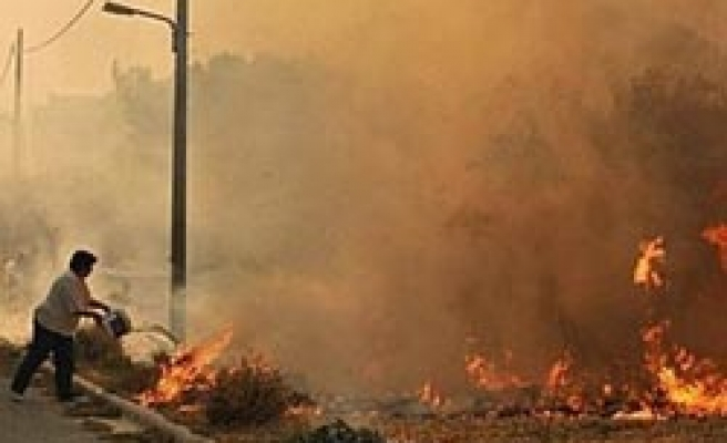 Residents flee as wildfire rages in southern Greece