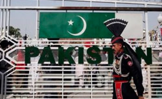Indian soldiers fire across Pakistani border