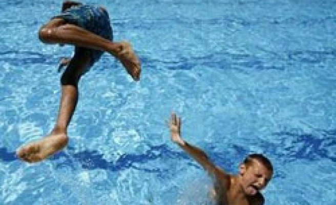 Chlorinated swimming pool has additive effect on asthma, allergies