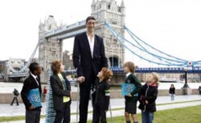 World's tallest named-Turkish man says has 'missing thing' / PHOTO