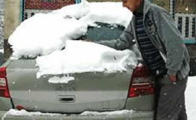 Heavy snow closes 29 roads in Turkish city