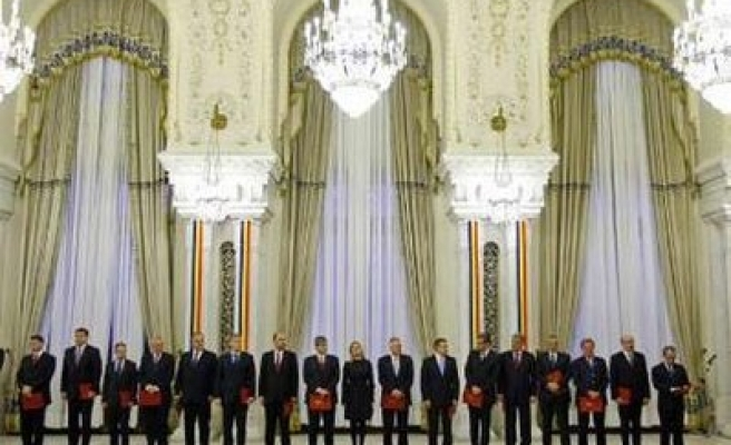 Romania's new centrist government vins parl approval
