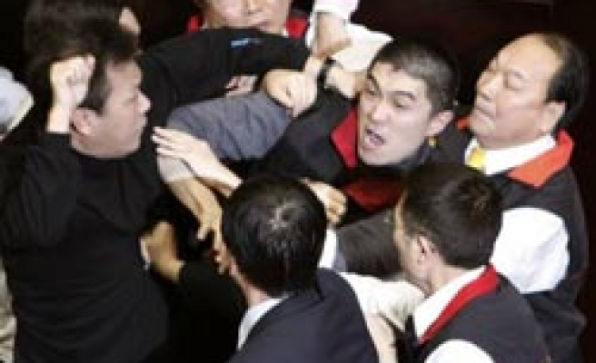 Dozens of Taiwan MPs brawl in parliament / PHOTO