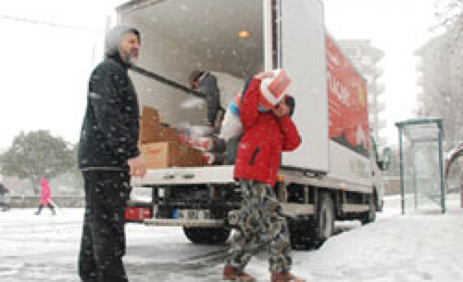 Turkish relief group aids for Chechen refugees amid snow / PHOTO
