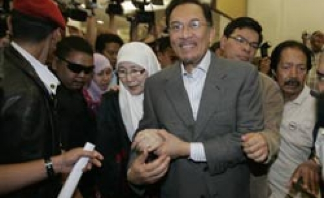 Malaysia' Anwar to call PM in sodomy case