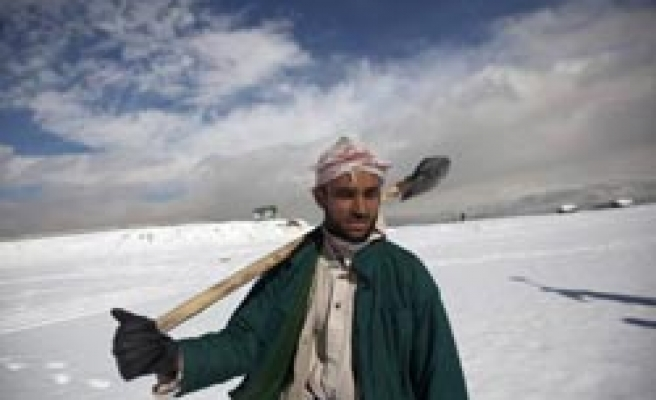 Hundreds trapped as death toll rises in Afghan avalanche