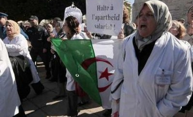Algerian doctors protest over payments in front of PM's office / PHOTO