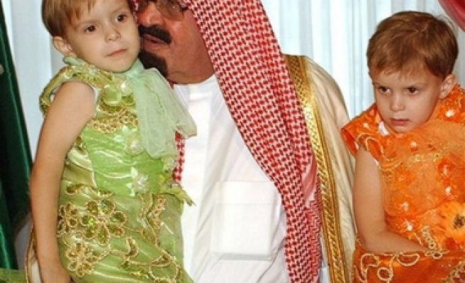 Saudi king meets separated Siamese twins in Poland