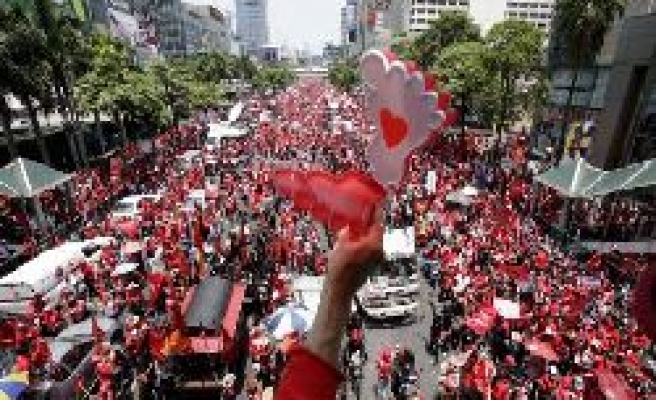 Thai 'red shirts' take up fight to defend PM